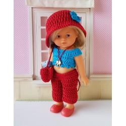 poupée mini corolline blonde habillée avec un top, un pantacourt, un chapeau et un sac