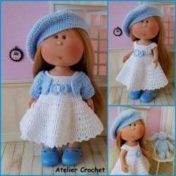 Patron robe, ceinture, gilet, culotte et béret au crochet pour poupée Mia Nines d'Onil