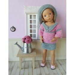 Laetitia tenue au crochet composée d'une jupe, d'un pull avec un col et d'un béret