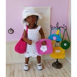 Lisbeth, ensemble au crochet comprenant une robe et un chapeau, le tout est accompagné de 5 sacs