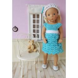Loéline, tenue au crochet comprenant une robe, une ceinture et un fichu.